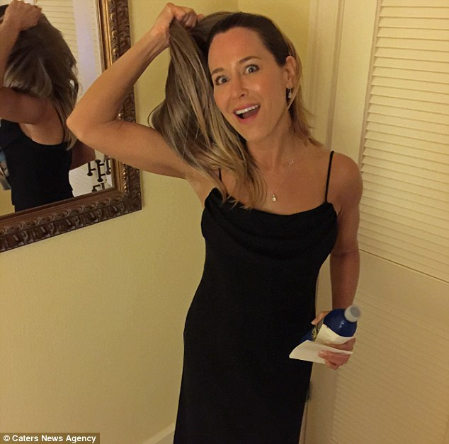 The grand reveal: Jennifer taking off her Aniston wig