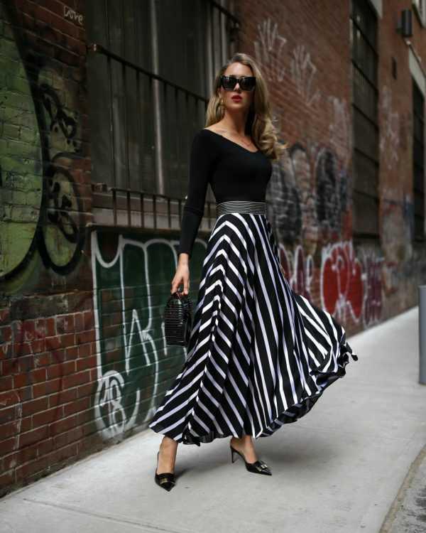 d0f3aed72de36a6 Модная юбка необычного асимметричного кроя, да еще в полоску станет хитом  весенне-летнего сезона. Принт полоска уже несколько сезонов не теряет своей  ...