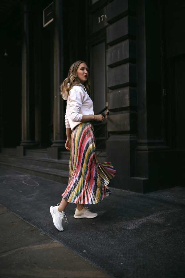 0c53a9396634013 Двухцветная юбка плиссе выглядит намного интереснее, тем более что вы  можете найти смелые и яркие варианты плиссированной юбки. По поводу длины  ограничений ...